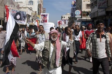 Anti-government protesters shout slogans during a march to demand the trial of Yemen's outgoing President Ali Abdullah Saleh in the southern city of Taiz December 18, 2011. REUTERS/Mohamed al-Sayaghi