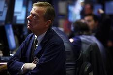 Трейдер следит за ходом торгов на бирже Уолл-стрит в Нью-Йорке, 8 декабря 2011 года. За две недели до конца года кризис еврозоны останется основной преградой для индекса широкого фондового рынка США S&P 500 на пути в положительную территорию. REUTERS/Carlo Allegri