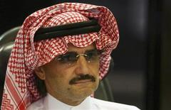 Саудовский принц аль-Валид ибн Талал на пресс-конференции в Эр-Рияде, 30 августа 2009 года. Саудовский принц-миллиардер аль-Валид ибн Талал и его компания Kingdom Holding Company купили пакет акций сети микроблогов Twitter за $300 миллионов, сказали покупатели в понедельник. REUTERS/Fahad Shadeed
