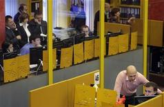 Вид на зал ММВБ в Москве 19 сентября 2008 года. Российский фондовый рынок начал неделю легким снижением, и участники торгов вновь сетуют на мрачные настроения игроков, разуверившихся в способности акций подрасти в этом году.  REUTERS/Denis Sinyakov