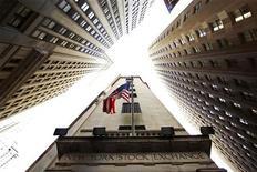 Флаг США над входом в здание Нью-Йоркской фондовой биржи 6 мая 2010 года. Американские фондовые индексы выросли в начале торгов понедельника на фоне некоторого смягчения долгового кризиса Европы и возможности частичного снятия геополитической напряженности в Азии после смерти лидера Северной Кореи. REUTERS/Lucas Jackson