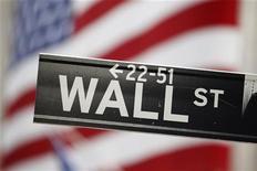 Указатель на Уолл-стрит возле здания Нью-Йоркской фондовой биржи. Фотография сделана 19 августа 2011 года. Американский рынок акций завершил торги понедельника снижением на фоне падения котировок банковского сектора после того, как бумаги Bank of America впервые за почти 3 года опустились ниже $5 за акцию. REUTERS/Lucas Jackson