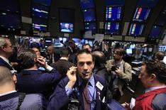 Трейдеры на торгах Нью-Йоркской фондовой биржи 15 декабря 2011 года. Уолл-стрит открылась во вторник ростом, так как падение стоимости заимствований для Испании и неожиданно позитивные данные из Германии смягчили опасения о долговом кризисе в еврозоне. REUTERS/Brendan McDermid