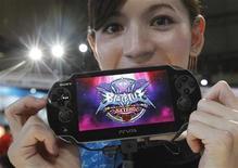 <p>Una promotora enseña una consola PlayStation Vita durante el Game Show de Chiba, Japón, sep 15 2011. Sony vendió en Japón 321.400 unidades de PlayStation Vita, su nueva videoconsola portátil, durante sus primeros dos días en el mercado, dijo el martes la empresa de investigación Enterbrain. REUTERS/Kim Kyung-Hoon</p>
