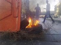 Антиправительственные демонстранты в районе Дамаска аль-Мидан 20 декабря 2011 года. Как минимум 56 человек стали жертвами атак сирийской армии в северной провинции Идлиб во вторник, сообщила правозащитная организация Syrian Observatory for Human Rights в среду. REUTERS/Handout