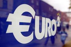 Символ валюты евро на окне магазина в Дублине 6 июля 2011 года. Европейский центральный банк может выделить 310 миллиардов евро ($407 миллиардов) в среду на первом в истории аукционе трехлетнего рефинансирования, свидетельствуют результаты опроса Рейтер, проведенного всего за несколько часов до объявления ЕЦБ итогов. REUTERS/Cathal McNaughton