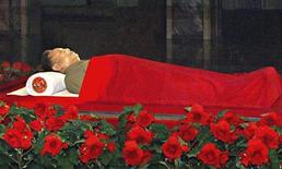 Тело Ким Чен Ира в мавзолее в Пхеньяне. Фото предоставлено государственным информационным агентством КНДР 20 декабря 2011. Тело скончавшегося в субботу Ким Чен Ира, скорее всего, будет забальзамировано и выставлено на всеобщее обозрение для демонстрации преемственности власти семьи Кимов, стоящей у истоков закрытого для остального мира государства. REUTERS/KCNA