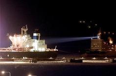 Зарегистрированное в Греции судно Stemnitsa выходит из порта Приморск 5 февраля 2003 года. Крупнейший в РФ морской портовый оператор Группа НМТП увеличила показатель EBITDA в третьем квартале в сравнении со вторым кварталом 2011 года на 28 процентов до $160 миллионов, сообщила компания в среду. REUTERS/Alexander Demianchuk