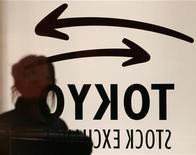 Женщина проходит мимо комнаты дилеров на Токийской фондовой бирже 28 февраля 2007 года. Фондовые рынки Азии закрылись в четверг снижением из-за сомнений в том, сколько средств банков, занятых у ЕЦБ на три года, будет потрачено на поддержку хворающих экономик еврозоны и восстановление доверия рынков к ним. REUTERS/Toshiyuki Aizawa