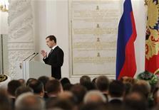 Президент России Дмитрий Медведев выступает с ежегодным посланием к Федеральному собранию 22 декабря 2011 года. REUTERS/Sergei Karpukhin
