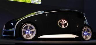 Концепт-кар Fun-Vii от компании Toyota в демонстрационном зале перед началом автошоу в Токио 28 ноября 2011 года. Toyota Motor Corp планирует в 2012 году увеличить глобальные продажи на 20 процентов и выпустить 8,48 миллиона машин, сообщила компания в своем прогнозе в четверг. REUTERS/Kim Kyung-Hoon