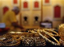 Магазин золотых украшений в Калькутте. Фотография сделана 27 мая 2010 года. Цены на золото незначительно снижаются, так как опасения по поводу кризиса еврозоны сохраняются, и трейдеры не хотят создавать новые позиции в конце года. REUTERS/Parth Sanyal