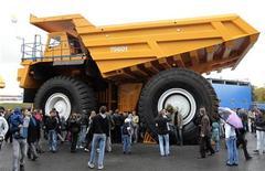 Люди рассматривают 360-тонный грузовик на выставке в Жодино под Минском 24 сентября 2011. Китайский автопроизводитель Lifan согласился открыть сборочное производство в Белоруссии, сообщили власти, назвав потенциальным рынком сбыта соседнюю Россию. REUTERS/Vasily Fedosenko