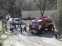 Полицейские и пожарные работают на месте взрыва в Худжанде, 3 сентября 2010 г. Суд в Таджикистане в понедельник вынес самый массовый за постсоветскую историю республики обвинительный приговор по делу о терроризме, дав длительные сроки сразу 53 подсудимым, отнеся большинство из них к членам экстремистского Исламского движения Узбекистана. REUTERS/Stringer Russia