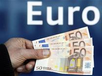 Купюры валюты евро в Брюсселе 28 ноября 2011 года. Евро показывает небольшой рост в понедельник днем и держится в отдалении от минимума 11 месяцев на фоне крайне низких объемов торгов из-за выходного дня на биржах Нью-Йорка и Лондона, и так как инвесторы ждут долгового аукциона Италии позже на этой неделе. REUTERS/Thierry Roge