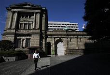 Вид на здание Банка Японии в Токио 26 октября 2011 года. Некоторые члены управляющего совета Банка Японии сказали, что долговые проблемы Европы уже негативно сказываются на финансовых рынках Японии и предупредили о возможном усилении эффекта, свидетельствует опубликованный во вторник протокол заседания совета 15-16 ноября. REUTERS/Yuriko Nakao