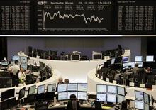 Трейдеры на торгах фондовой биржи во Франкфурте-на-Майне 22 декабря 2011 года. Главы крупнейших компаний и отраслевых групп Германии прогнозируют спад экономического роста в стране в 2012 году из-за долгового кризиса еврозоны, но не ждут рецессии. REUTERS/Remote/Kirill Iordansky
