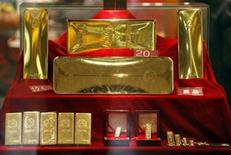 Золотые слитки в крупнейшем магазине изделий из золота в Пекине 23 ноября 2009 года. Цены на золото близки к $1.600 за тройскую унцию на фоне слабой активности инвесторов в последнюю неделю года. REUTERS/David Gray