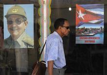 Мужчина идет мимо изображения президента Кубы Рауля Кастро в Гаване, 1 июня 2011 г. Куба ослабит госконтроль в секторе розничных услуг в следующем году, разрешив гражданам самостоятельно открывать ремонт часов, заниматься слесарными и плотничьими работами, сообщили государственные СМИ в понедельник. REUTERS/Enrique de la Osa