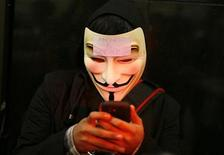 Участник акции протеста в Сан-Франциско. Фотография сделана 15 августа 2011 года. Широко используемая в мире беспроводная технология GSM позволяет хакерам получить удаленный доступ к мобильному телефону, предоставляющий им возможность отправлять с него сообщения и совершать звонки, сообщил эксперт по безопасности мобильных телефонов. REUTERS/Robert Galbraith
