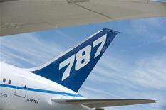 Хвост самолета Boeing 787 Dreamliner, участвовавшего в авиашоу в Фарнборо. Фотография сделана 19 июля 2010 года. Второй в РФ авиаперевозчик Трансаэро подписал с Boeing соглашение о покупке четырех самолетов Boeing 787 Dreamliner, говорится в распространенном во вторник сообщении авиакомпании. REUTERS/Kieran Doherty