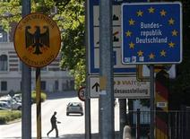 Мужчина переходит улицу в Герлице, расположенном на границе между Германией и Польшей, 19 мая 2011 года. Германия смягчит требования к желающим получить визу в следующем году, сообщил во вторник министр иностранных дел Гидо Вестервелле. REUTERS/Kacper Pempel