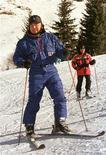 """Президент Казахстана Нурсултан Назарбаев катается на горных лыжах в горах Тянь-Шаня 4 декабря 1999 года. Бессменный президент Нурсултан Назарбаев прошел медицинское обследование, получив диагноз """"здоров"""" от казахстанских врачей, сообщили во вторник официальный сайт главы государства и гостелеканал. REUTERS/Shamil Zhumatov"""