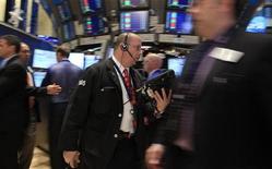 Трейдеры на торгах Нью-Йоркской фондовой биржи 15 декабря 2011 года. Акции в США упали более чем на процент в среду, прервав сильное предновогоднее ралли, а индекс широкого рынка S&P 500 вновь скатился в минус за год из-за опасений по поводу финансового здоровья еврозоны. REUTERS/Brendan McDermid