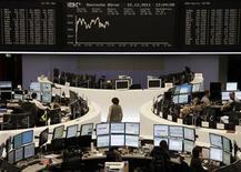 Трейдеры на торгах фондовой биржи во Франкфурте-на-Майне 22 декабря 2011 года. Европейские рынки акций открылись небольшим ростом в четверг, частично отыграв потери предыдущей сессии, но осторожность инвесторов перед итальянским долговым аукционом ограничивает подъем. REUTERS/Remote/Kirill Iordansky