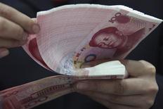 <p>Le yuan chinois a inscrit vendredi un nouveau record historique, à 6,3070 pour un dollar, et devrait terminer l'année 2011 sur une note soutenue avec une appréciation d'environ 4,5% par rapport à son niveau de la fin 2010. /Photo d'archives/REUTERS</p>