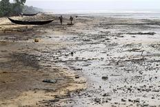 A view of the shore of the Atlantic ocean at Orobiri village,days after Royal Dutch Shell's Bonga off-shore oil spill, in Nigeria's delta state December 31, 2011.REUTERS/Akintunde Akinleye