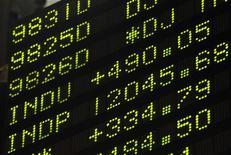 Котировки Нью-йоркской фондовой биржи. Фотография сделана 30 ноября 2011 года. Федеральная резервная система США начнет публиковать прогнозы на процентные ставки, что может повлечь за собой отсрочку повышения ключевого индикатора ФРС - ставки федерального финансирования, которая сейчас близка к нулю. REUTERS/Brendan McDermid