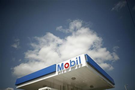 A Mobil gas station is seen in Medford, Massachusetts April 30, 2008, one day before Exxon Mobil reports its first-quarter earnings.   REUTERS/Brian Snyder