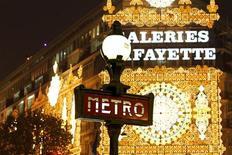Уличный указатель на фоне Галереи Лафайет в Париже 8 ноября 2011 года. Доходности французских долгосрочных долговых бумаг немного выросли на первом в этом году аукционе гособлигаций на фоне сохраняющихся опасений о возможном понижении высшего кредитного рейтинга Франции. REUTERS/Charles Platiau