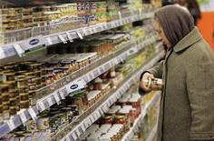 Женщина в супермаркете в Киеве 18 февраля 2009 года. Темпы инфляции на Украине замедлились до 4,6 процента в 2011 году с 9,1 процента в 2010 году, сообщила Государственная служба статистики. REUTERS/Konstantin Chernichkin