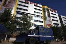 Полицейский грузовик стоит напротив главного офиса мобильного оператора Djezzy в Алжире, 16 ноября 2009 года. Алжир приобретет 51 процент принадлежащего Вымпелкому сотового оператора Djezzy и позволит Вымпелкому управлять компанией, но еще не решил, как будет оплачивать акции, сообщило правительство Алжира в воскресенье. REUTERS/Zohra Bensemra   (ALGERIA SPORT SOCCER CONFLICT POLITICS BUSINESS)