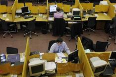 Трейдеры в зале ММВБ в Москве 30 сентября 2008 года. Российский фондовый рынок взял курс на подъем в первый официальный рабочий день 2012 года, и участники торгов верят в то, что этот вектор сохранится еще несколько дней благодаря внешним ориентирам и ожиданиям неплохой отчетности компаний США.REUTERS/Denis Sinyakov