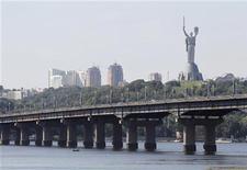 Вид на столицу Украины Киев 30 августа 2011 года. Валовый внутренний продукт Украины увеличился в 2011 году почти на 5 процентов, как и ожидало правительство, по сравнению с ростом на 4,2 процента в 2010 году, сообщил предварительные данные премьер-министр Николай Азаров. REUTERS/Gleb Garanich
