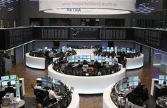 Зал фондовой биржи во Франкфурте-на-Майне. Фотография сделана 10 января 2012 года. Европейские рынки акций в среду открылись небольшим снижением, отыгрывая вчерашний резкий подъем, так как опасения о долговом кризисе еврозоны в преддверии долговых аукционов Италии и Испании вытесняют оптимизм в отношении корпоративных отчетов и американской экономики. REUTERS/Lmar Niazman