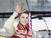 """O cantor Justin Bieber acena no programa """"Today"""" da NBC, em Nova York. 23/11/2011   REUTERS/Brendan McDermid"""