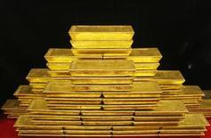 Слитки золота в хранилище ЦБ Чехии в Праге. Фотография сделана 31 января 2011 года. Цены на золото растут второй день подряд, достигнув месячного пика благодаря укреплению евро и признакам высокого спроса на крупнейших рынках. REUTERS/Petr Josek