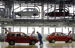 Цех сборки автомобилей Lada Kalina на заводе Автоваза в Тольятти 25 сентября 2009 года. Российский автопроизводитель Автоваз выполнил обещание улучшить результат продаж в 2011 году на 10 процентов, данное почти накануне нового года. REUTERS/Denis Sinyakov
