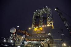 Буровая установка Aker Barents в Баренцевом море. Фотография сделана 9 января 2012 года. Нефть держится около $113 за баррель в четверг на опасениях о срыве поставок из Нигерии и Ирана, которые перевешивают давление, вызванное ростом запасов в США и долговыми проблемами в еврозоне. REUTERS/Harald Pettersen/Statoil/Scanpix