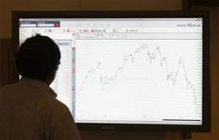 Мужчина смотрит на экран с динамикой австрийского индекса ATX в коридоре Венской фондовой биржи 10 октября 2008 года. Российские фондовые индексы начали торги четверга легким повышением, сменив направление предыдущей сессии. REUTERS/Leonhard Foeger