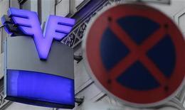 Логотип Oesterreichische Volksbanken AG за дорожным знаком в Вене 16 декабря 2011 года. Австрийский банк Volksbanken AG рассчитывает закрыть сделку по продаже своего восточноевропейского подразделения VBI Сбербанку в течение ближайших недель, сообщили два источника, близкие к ситуации. REUTERS/Heinz-Peter Bader