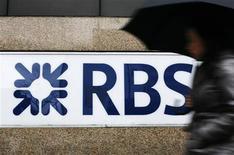 Женщина проходит мимо отделения Royal Bank of Scotland в Лондоне 3 декабря 2009 года. Второй по величине британский банк Royal Bank of Scotland (RBS) сократит 3.500 рабочих мест в инвестиционно-банковском подразделении, а также планирует продать или закрыть часть бизнеса, чтобы выполнить трехлетний план по сокращению рисков и сфокусироваться на внутреннем розничном и корпоративном бизнесе. REUTERS/Luke MacGregor