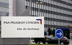 Завод Peugeot в Сошо. Фотография сделана 20 ноября 2008 года. Продажи французского автопроизводителя PSA Peugeot Citroen в 2011 году снизились на 1,5 процента из-за сокращения европейского рынка, которое не смогла компенсировать даже экспансия компании в развивающихся странах. REUTERS/Vincent Kessler