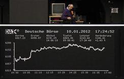 Табло на фондовой бирже во Франкфурте-на-Майне 10 января 2012 года. Европейские рынки акций подросли в ходе торгов четверга после аукциона испанских гособлигаций, показавшего высокий спрос на долговые бумаги периферийных стран еврозоны. REUTERS/Remote/Kirill Iordansky