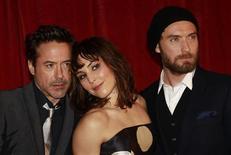 """Robert Downey Jr. (esq), a atriz sueca Noomi Rapace (centro) e Jude Law posam para fotógrafos na estreia de """"Sherlock Holmes: O Jogo das Sombras"""", em Londres, em dezembro. 08/01/2011  REUTERS/Suzanne Plunkett"""