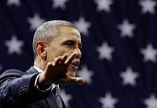 Президент США Барак Обама выступает на Чикагском форуме в Университете Иллинойса в Чикаго 11 января 2012 года. Президент США Барак Обама в четверг официально уведомил Конгресс, что планирует увеличить долговой лимит страны на $1,2 триллиона. REUTERS/Larry Downing